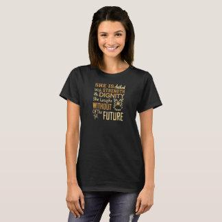 Camiseta É vestida com força e dignidade que ri