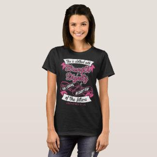 Camiseta É vestida com o Tshirt da força e da dignidade