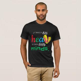 Camiseta Ele um coração grande da tomada para ensinar a