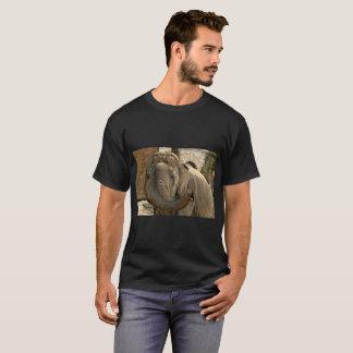Camiseta Elefante que aponta para a frente com o tronco
