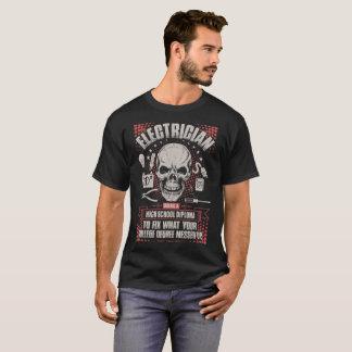 Camiseta Eletricista que usa um Tshirt do diploma do ensino