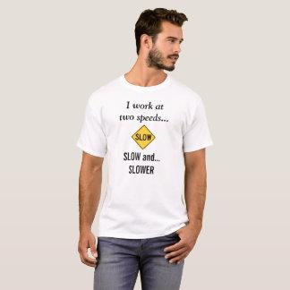 """Camiseta engraçada """"que eu trabalho em duas"""