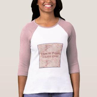 Camiseta Escolha em caso de dúvida o t-shirt do amor