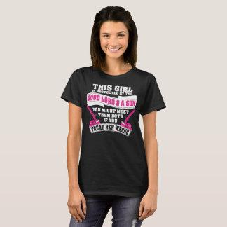 Camiseta Esta menina é protegida pelo bons senhor e arma