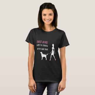 Camiseta Esta menina gosta de dar uma volta com seu cão