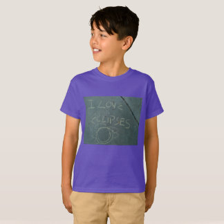 Camiseta Eu amo o giz dos eclipes escrevendo no cimento