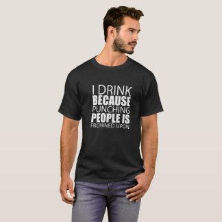 Camiseta Eu bebo porque perfurar pessoas é olhada de
