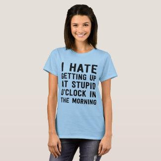 Camiseta Eu deio levantar-se na hora estúpida na manhã