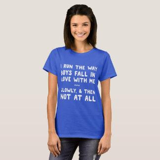 Camiseta Eu funciono a maneira que os meninos caem no amor