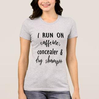 Camiseta Eu funciono na cafeína, no Concealer & no t-shirt