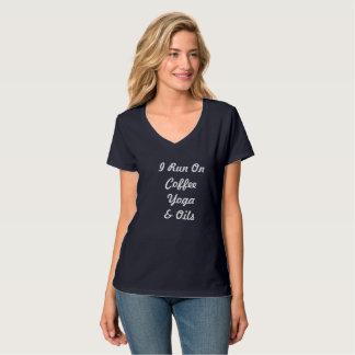 Camiseta Eu funciono na ioga & nos óleos do café