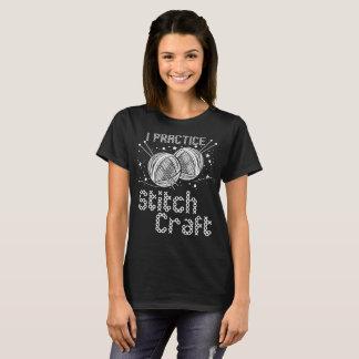 Camiseta Eu pratico Sewing de costura Crocheting do