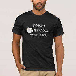 Camiseta eu preciso um sippy cupwhen me bebo