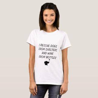 Camiseta Eu salvo cães dos abrigos e vinho das garrafas
