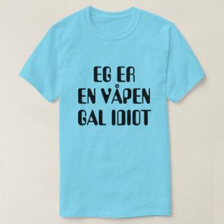 Camiseta Eu sou um idiota louco da arma no azul norueguês
