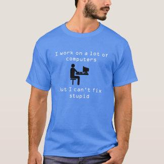 Camiseta Eu trabalho em muitos computadores
