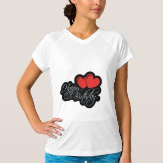 Camiseta Feliz aniversario com dois corações vermelhos