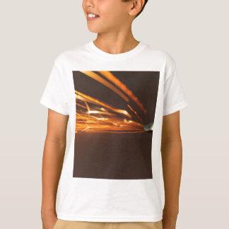 Camiseta Ferramenta de aço em um moedor com faíscas