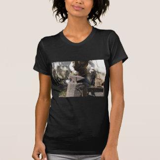 Camiseta Ferreiro que forja manualmente o metal derretido