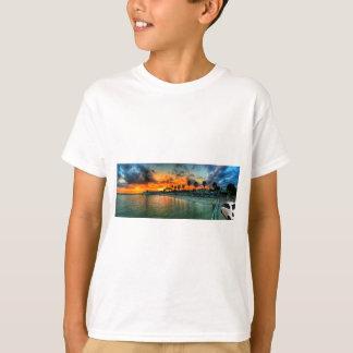 Camiseta Fiat em um cais