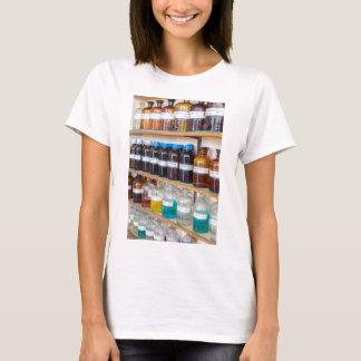 Camiseta Fileiras dos produtos químicos fluidos em umas