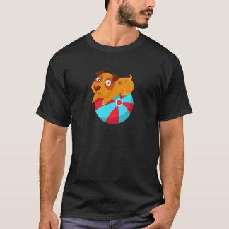 Camiseta Filhote de cachorro que equilibra na bola inflável