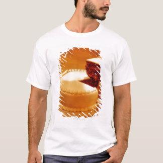 Camiseta fim-acima de um pedaço de bolo do corte que está
