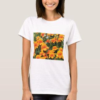 Camiseta flores alaranjadas brilhantes
