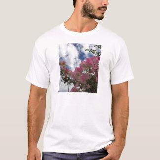 Camiseta flores cor-de-rosa contra um céu azul