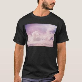 Camiseta Flutuação em nuvens roxas macias