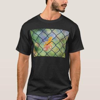 Camiseta Folha da queda travada em uma cerca