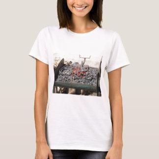Camiseta Fornalha antiquado do ferreiro. Carvões ardentes