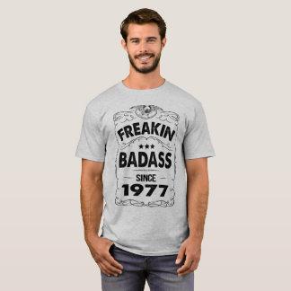 CAMISETA FREAKIN BADASS DESDE 1977