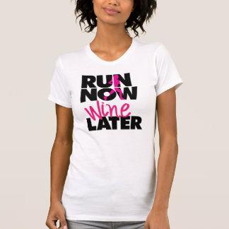 Camiseta Funcione agora um t-shirt mais atrasado do vinho