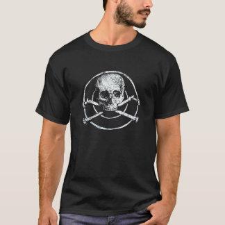 Camiseta fundo do preto de ossos dos piratas dos crânios