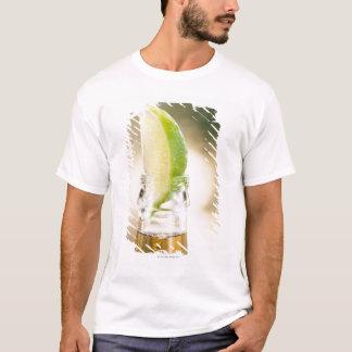 Camiseta Garrafa de cerveja com cunha do limão
