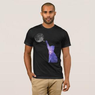 Camiseta Gato da galáxia que ataca uma bola do fio da lua