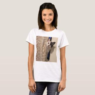 Camiseta gato Dois-tonificado que espreita atrás da