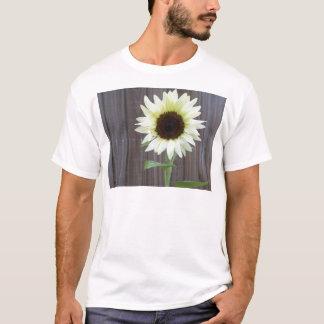 Camiseta Girassol branco contra uma cerca resistida