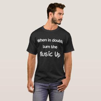 Camiseta Gire em caso de dúvida a música acima do t-shirt