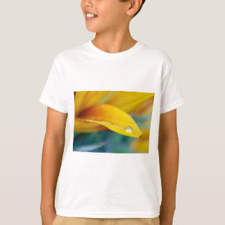 Camiseta Gota macro na pétala do girassol