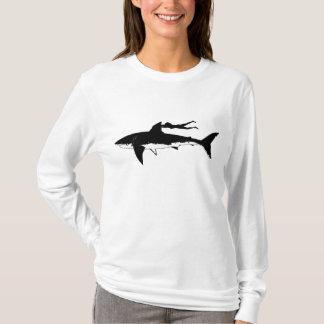 Camiseta Grande tubarão branco que desliza - no fundo claro