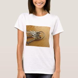 Camiseta Grupo de chaves gastas da casa na mesa de madeira