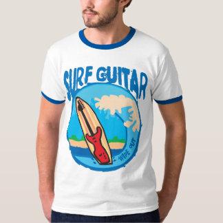 Camiseta Guitarra do surf: Guitarra vermelha na prancha.