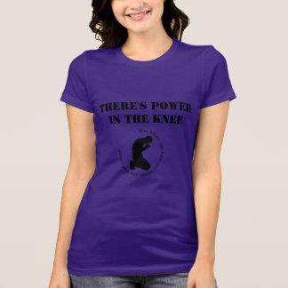 Camiseta Há um poder no t-shirt das mulheres do joelho