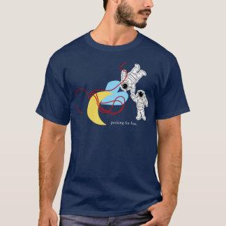 Camiseta Há uma baixa lua travada em seus emaranhados