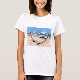 Camiseta Hammock com os guarda-chuvas de praia na costa