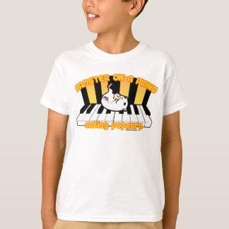 Camiseta Hamster em um piano que come a pipoca
