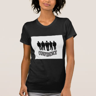 Camiseta homem escuro na fileira