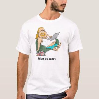 Camiseta Homem no trabalho - viciado em televisão com a